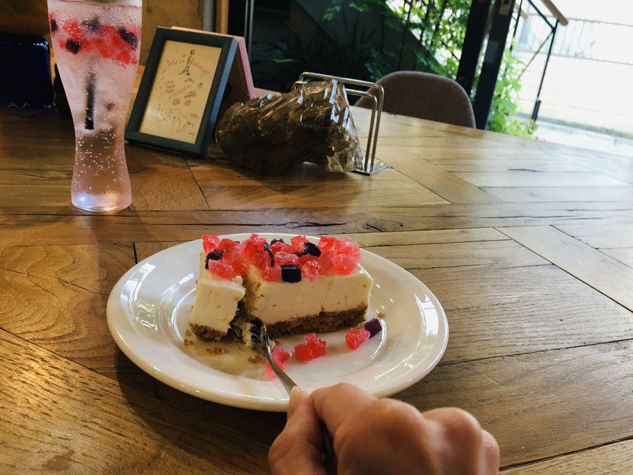 「Cafe de Lapis(カフェ ド ラピス)」秘密にしたくなる?!表参道の閑静な住宅街でキラキラ宝石チーズケーキ♡