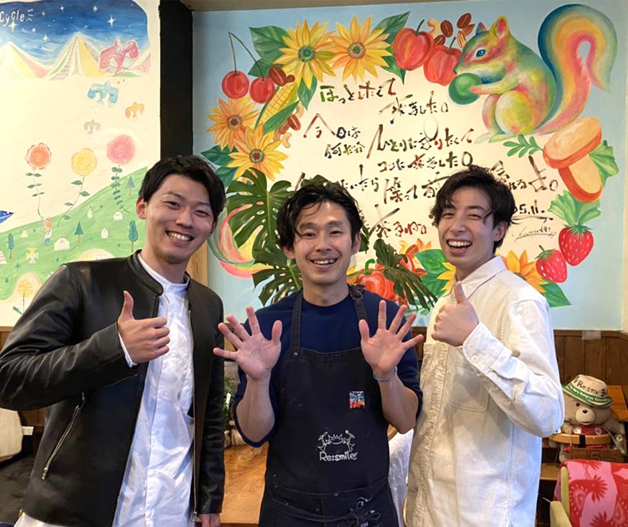 カフェ好きインスタグラマーyusukeさん(写真左)、マーシーさん(写真右)。店主の前田さん(写真真ん中)