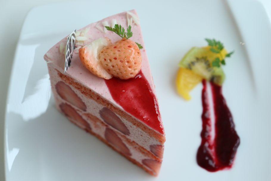 5月中旬まで。京都「パティスリー洛甘舎」若き女性シェフが作り出す、色が逆転したピンクのショートケーキ