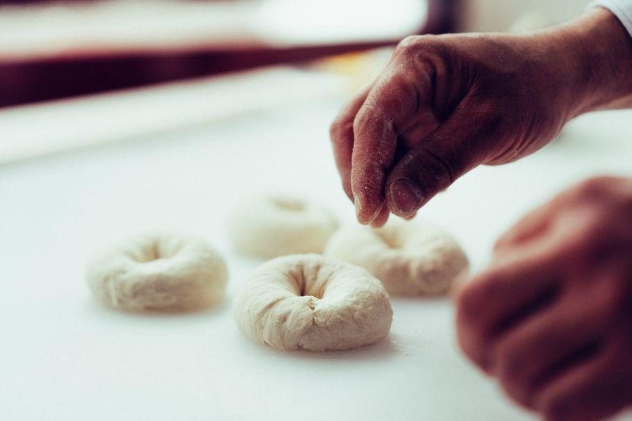 ベーグル好きなら一度は食べてみたい、奇跡のベーグルと話題の「AGEHA CLASSIC」プロデューサーYOHEIさんの素顔