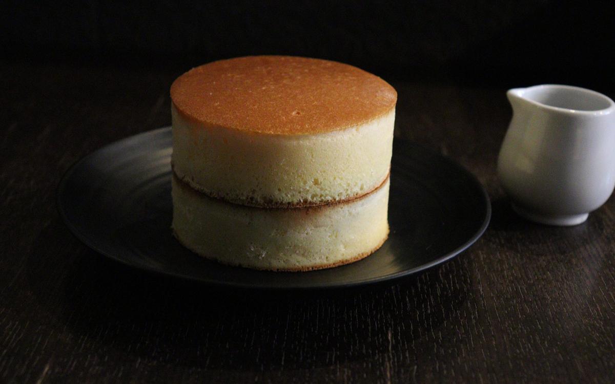 高さ3cm✕2段という圧倒的存在感のホットケーキ。5月にアニバーサリーを迎える湯島の「自家焙煎珈琲みじんこ」