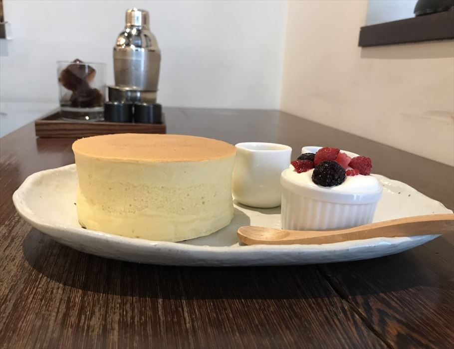 大人の雰囲気漂うセンター北の「CAFE SALON SONJIN」で、極厚ホットケーキの実力に驚いた!