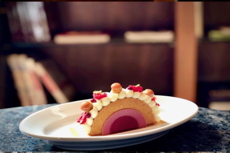 映えだけじゃない、ケーキ!?パルメザンチーズ×ルビーチョコ×苺の絶品ハーモニーに驚嘆『パークハイアット東京 ペストリーブティック』