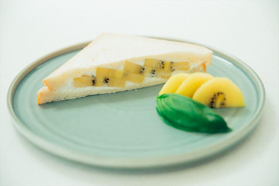混ぜてのっけるだけ。フルーツサンド王子、西村隆之介さん特製♡5分でできるキウイとバジルのフルーツサンドレシピ