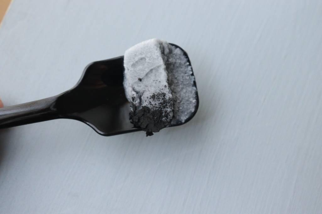 """まさかの鉄粉がのったアイス!? SNSで話題の、鉄の味がする""""燕三条鉄アイス""""を食べてみた!"""