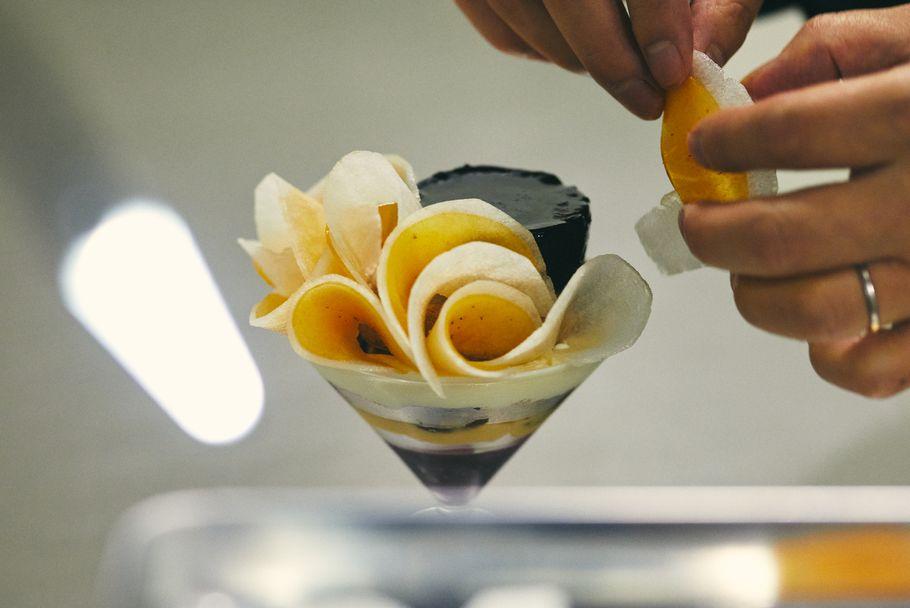 崩しの美学。スパイスがつまったパンをアイスに。いちじく好きにお届けするグラスデザート「ラトリエ ア マ ファソン」(上野毛)