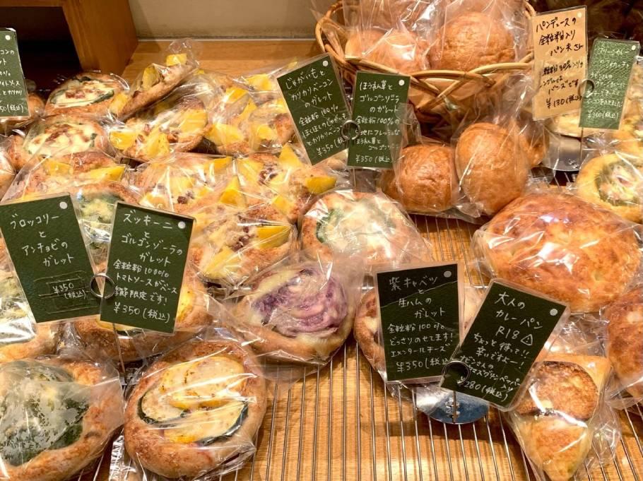 JR大阪駅改札口すぐ、大阪来たらまずはここ!どこにもない「デ トゥット パンデュース」のパン。魅力的な品揃えに圧巻すること間違いなし!