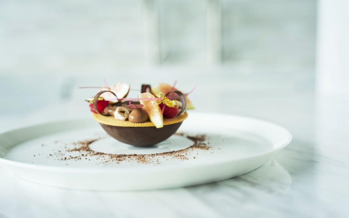美しく、麗しく美味しく。イチジクとチョコレートと山椒のマリアージュ。フォーシーズンズホテル東京大手町、優雅な空間で食べるべき一皿